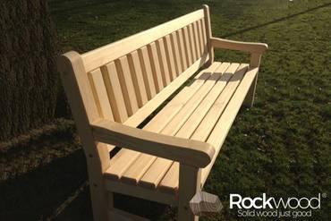 https://afbeelding.rockwoodpicknicktafels.nl/images/outdoor/520200/Rockwood_Tuinsets_Tuinbank_Massief_Grenen-1_klein.jpg